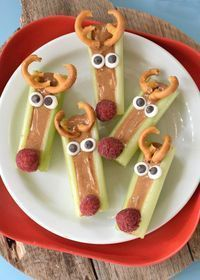 This season we are taking the classic Ants on a Log snack and throwing a holiday twist on it with these Peanut Butter Celery Reindeer Sticks! food recipes thanksgiving Peanut Butter Celery Reindeer Sticks - Fork and Beans Holiday Snacks, Christmas Party Food, Xmas Food, Snacks Für Party, Holiday Appetizers, Christmas Cooking, Christmas Desserts, Holiday Recipes, Christmas Foods