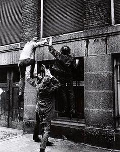 Koen Wessing Nederland 1942-2011 zonder titel vintage gelatine zilverdruk aan de ommezijde in inkt copyrightstempel fotograaf en 2 persbureau stempels 30 cm x 23,5 cm