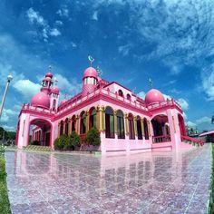 Every ninth month of the Islamic calendar Ramadan is observed by Muslims all around the world. A month of fasting to commemorate the first revelation of the Five Pillars of Islam. This holy period always reminds me of how strong the faith of Muslim people are and also how beautiful their place of worship is - Mosque.  Blog post link in Bio.  #TakawTravels #ThePinkMosque #Maguindanao #Ramadan #Mindanao #wanderlust