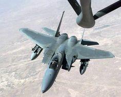 F15 空中戦では損害ゼロ:空中給油のため、給油機のブームに近づくF15。無骨なシルエットだが、太い機首は大型のレーダーを積むためで、巨大なキャノピーはパイロットの視界を確保するのが目的。対空性能を最優先してデザインされたことがよく分かる。【AFP=時事】