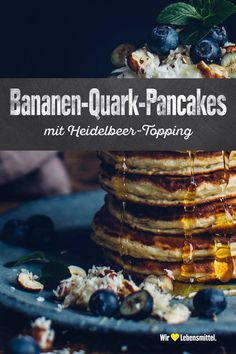 Banana curd pancakes with blueberry topping- Bananen-Quark-Pancakes mit Heidelbeer-Topping A lot of power and delicious! Our banana quark pancakes with blueberry topping do not taste too sweet and are wonderfully fluffy. Low Carb Desserts, Healthy Desserts, Delicious Desserts, Yummy Food, Tasty, Easy Healthy Recipes, Sweet Recipes, Blueberry Topping, Desserts