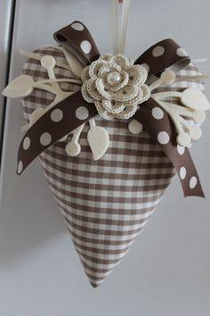 Questo prezioso cuore è arricchito da una rosa realizzata a crochet e da un bellissimo nastro a pois double face.           Set da cuci... Fabric Hearts, Fabric Flowers, Crafts To Make, Arts And Crafts, Diy Crafts, Valentine Crafts, Valentines, Romantic Gifts For Husband, Christmas Diy