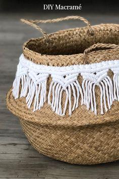 DIY Macramé-Borte für hübsche Seegras Körbe! Schaut gerne für diese hübschen Boho-Körbe auf dem Blog vorbei. Eine Schritt-für-Schritt Anleitung zeigt euch genau, wie ihr diese Körbe mit Makramee verzieren könnt.