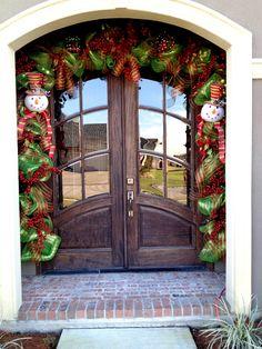 Christmas door Christmas Arch, Front Door Christmas Decorations, Front Door Decor, Xmas Tree, Christmas Home, Christmas Holidays, Christmas Crafts, Merry Christmas, Arched Front Door