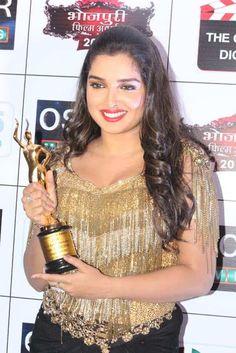 Amrapali Dubey won Best Actress Award at Bhojpuri Film Award 2018 Desi Bhabi, Best Actress Award, Bhojpuri Actress, Film Awards, Kareena Kapoor, Deepika Padukone, Bollywood Actors, India Beauty, Indian Actresses