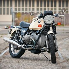 When I first saw this BMW, I struggled to put a date to it. Was it an older bike freshened up, or a relatively new bike that had taken a trip back in time? It turned out to be an R100T resto-mod, customized to make it look older than its 1979 model year.