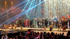 Interval act während des Grand Final des 59. Eurovision Song Contest 2014 in Kopenhagen (B+W Hallerne). Die Künstler des ESC singen mit der Vorjahressiegerin Emmelie des Forest 'Rainmaker'.