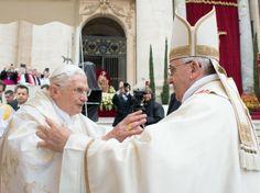 http://epoca.globo.com/tempo/fotos/2014/04/canonizacao-dos-papas-joao-paulo-ii-e-joao-xxiii.html - Papa emérito Bento XVI cumprimenta o atual pontífice Papa Francisco durante a cerimônia de canonização de outros dois papas: João Paulo II e João XXIII (Foto: Vadim Ghirda/AP Photo)
