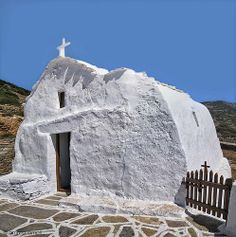 Small church in Amorgos - Greece Le Grand Bleu, Abandoned Churches, Southern Europe, Church Building, Place Of Worship, Greek Islands, Beautiful Images, Mount Rushmore, Greece