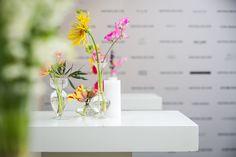 TAFELAANKLEDING - Bloemen van Loes - Bloemen van Loes Mists, Flower Arrangements, Flowers, Fun, Floral Arrangements, Royal Icing Flowers, Floral Arrangement, Floral, Florals
