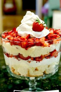 This strawberry shortcake trifle is such an easy dessert idea. It is a great entertaining recipe and game day recipe because it is a great dessert for a crowd! 13 Desserts, British Desserts, Angel Food Cake Desserts, Fruit Trifle Desserts, Fruit Triffle, Angel Food Cake Trifle, Cheesecake Deserts, Cool Whip Desserts, Picnic Desserts