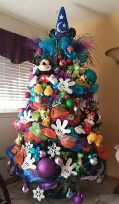 Christmas DIY: The ultimate Disney The ultimate Disney Mickey Mouse Christmas tree! Mickey Mouse Christmas Tree, Disney Christmas Decorations, Christmas Trees For Kids, Alternative Christmas Tree, Beautiful Christmas Trees, Christmas Tree Themes, Noel Christmas, Christmas Crafts, Christmas Ornaments