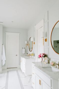 white bath, round mirrors