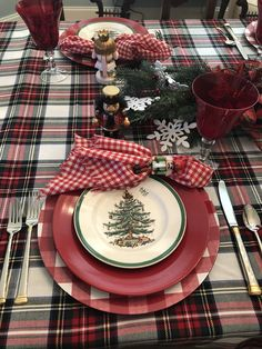 Christmas Tree and Stewart Tartan create a festive table setting, complete with nutcrackers.Spode Christmas Tree and Stewart Tartan create a festive table setting, complete with nutcrackers. 'Twas the Night Before Christmas Dinnerware Collection Tartan Christmas, Spode Christmas Tree, Christmas Dishes, Christmas Tablescapes, Country Christmas, Christmas Home, Christmas Holidays, Nordic Christmas, Christmas Candles