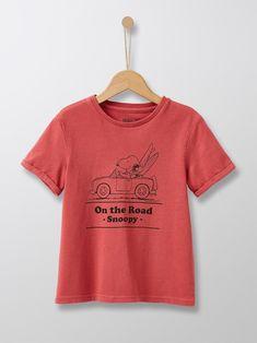 Le plus célèbre des quadrupèdes d'Amérique promène sa moue pataude dans nos collections. Une ligne de sweats et t-shirts Famille 100% vintage et bonne humeur !   Un T-SHIRT en jersey tout doux   DÉTAILS Col rond. Manches courtes.   MATIÈRE 100% coton. Snoopy, T Shirts For Women, Crop Tops, Collection, Vintage, Fashion, Good Mood, Round Collar, Sleeves