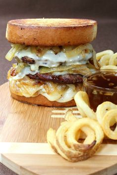 Onion Field Goal Burger is all you need at your next tailgating party!French Onion Field Goal Burger is all you need at your next tailgating party! Gourmet Burgers, Burger Recipes, Beef Recipes, Cooking Recipes, Slider Recipes, I Love Food, Good Food, Yummy Food, Whiskey Burger