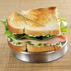 Pain de mie toasté, fromage frais 0%, ciboulette, concombre, jambon, salade