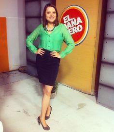 Blusa verde de gasa y falda negra tubo. Zapatos clásicos de piel. Accesorios: collar negro con piedras brillantes.