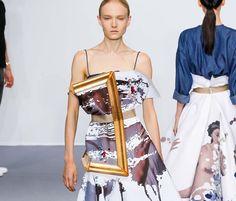 Efeitos Op Art em peleteria na Fendi, quadros decorativos ornam vestidos de Alberta Ferretti, roupas-quadros em Viktor&Rolf ou tapeçaria no desfile de  Margiela.