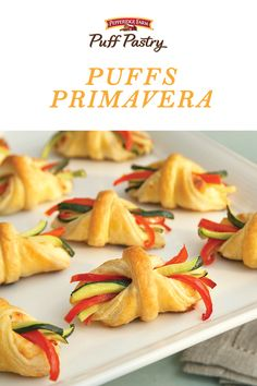 These fabulous appetizers are perfect for Easter, especially since they look like little baskets! They're made with Puff Pastry, and filled with zucchini, squash, r(Baking Asparagus Puff Pastries) Picnic Finger Foods, Finger Food Appetizers, Appetizers For Party, Appetizer Recipes, Vegetarian Finger Food, Healthy Finger Foods, Halloween Fingerfood, Fingerfood Party, Christmas Finger Foods