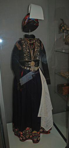 """Reykjavik Island - National Museum of Iceland - 48) ARTISANAT, EPOQUE 1600-2000: Le musée possède une grande collection de costumes féminins de cérémonie: jupes et corsages brodés de fils métalliques, colliers, et les garnitures d'argent appropriées. Beaucoup d'entre eux sont des objets magnifiques qui témoignent des compétences des artisans. Les plus anciens portraits: MAGNUS JONSSON """"le Gentle et sa famille"""" datent fin 18°, et plusieurs portraits du Bishop GUDBRANDUR THORLAKSSON, début…"""