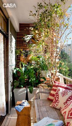 Diseñado con el propósito de aprovechar el pequeño espacio de este balcón. Verde Vertical.