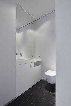 Let op detail vd toiletpapierhouder Minimalist Toilets, Minimalist Home, Restroom Remodel, Shower Remodel, Restroom Design, Bathroom Interior Design, Modern White Bathroom, Small Bathroom, Bathrooms