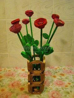 Los artículos de sus hojaldres periodísticos. El florero con flores. La Clase maestra con poshagovym Recycled Magazine Crafts, Recycled Magazines, Recycled Crafts, Rope Crafts, Crafts To Do, Easy Crafts, Paper Flowers Diy, Flower Crafts, Quilling Dolls
