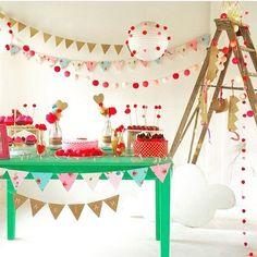 Decoração linda e original para festa de menina, adorei! Ficou muito bacana os cordões, bandeirolas e a lanterna japonesa com aplicação de bolas, ótima ideia! Além da paleta de cores super bonita. Por @opyfesta ❤️ #kikidsparty