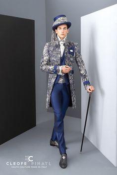 Unser erster wedding suit of the week ist gleich ein ganz modischer Hochzeitsanzug vom italienischen Label Archetipo. Den Grundton bildet ein modernes Napoli-Blau, welches in der gehrockähnlichen Jacke mit Spitze besetzt ist. Diese findet sich auch in der Kopfbedeckung und beim Kummerbund wieder. Der Gehstock als Accessoire rundet dieses Outfit perfekt ab. Ideal für modebewusste Hochzeiter, die auf ihrer Hochzeit ein stilistisches Statement abgeben möchten.