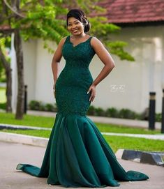 Lovely bride 💚💚💚 Linda Dress Make up Hair fabric Photography African Bridesmaid Dresses, African Wedding Attire, African Maxi Dresses, Latest African Fashion Dresses, African Attire, Lace Gown Styles, Ankara Gown Styles, African Traditional Wedding Dress, Fancy Wedding Dresses