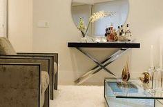 Numa ambientação mais comtemporânea o aparador com pés em inox e mesa de…