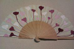 De este modelo he pintado varios: en tonos rosados, azules, verdes... Painted Fan, Hand Painted, Hand Held Fan, Hand Fans, Diy And Crafts, Arts And Crafts, Vintage Fans, Yin Yang, Vintage Accessories