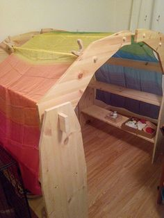 Playstand. Instructies op : https://web.archive.org/web/20131104045418/http://mainelycraftymama.wordpress.com/2013/08/26/waldorf-style-playstands-with-canopy-tutorial