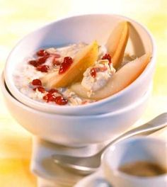 Ovesná kaše s hruškami a brusinkami (Porridge with pears and cranberries) Cranberry Recipes, Cranberry Sauce, Honey And Cinnamon, Thanksgiving Turkey, Cheeseburger Chowder, Oatmeal, Pudding, Cranberries, Dishes