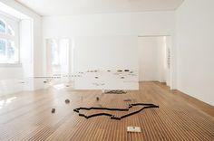 fernando brízio has created a unique method of exhibiting items of jewellery at the sociedad nacional de belas artes: a floating 'table' of threads.