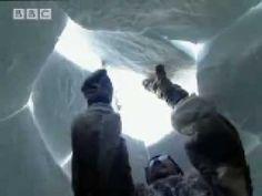 Een inuït jongen leert een iglo bouwen, video