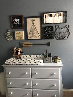 Si tienes una pared vacía en el cuarto de tu pequeño, puedes decorarla con un collage de cuadros y accesorios que complementen su personalidad.
