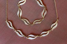 Smykkesett i sterling sølv, med emalje. Silver Jewelry, Vintage Jewelry, Scandinavian Design, Enamel, Jewelry Design, Gold Necklace, Jewellery, Vitreous Enamel, Gold Pendant Necklace