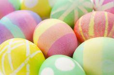 Aprende a teñir huevos de Pascua y a hacer tus propios colorantes de una forma rápida y sencilla.