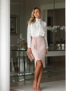 Look saia de alfaiataria rosa chá com camisa social branca