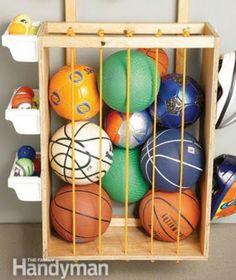 Guarda pelotas Consiste en un cajón de madera con cuerdas elásticas las cuales permiten sujetar y ajustarse al tamaño de los balones con facilidad.  Materiales: 3 tablas de madera 4 tablas estrechas de madera (2 para los bordes y 2 como ajustes para la pared) Cordones elásticos Taladro y martillo Clavos Ganchos de fontanería