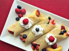 ¿Buscas un postre fresco y fácil de hacer? Tienes que preparar estas crepas rellenas de deliciosas frutas de temporada.
