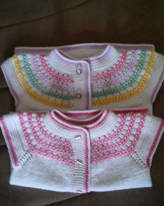 This Pin was discovered by Ese Baby Girl Crochet Blanket, Baby Poncho, Baby Pullover, Baby Cardigan, Crochet Baby, Knit Crochet, Diy Crafts Knitting, Easy Knitting, Baby Knitting Patterns