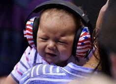 """""""Devido à imaturidade das estruturas do ouvido, a criança, especialmente os bebês, tem uma sensibilidade maior a sons mais intensos do que os adultos. Assim, esse tipo de proteção pode ajudar a deixar a criança mais tranquila e com a audição protegida quando em locais de maior barulho; ainda que nem sempre elas aceitem o acessório"""", explica o otorrinolaringologista Lídio Granato, do Hospital Santa Catarina (SP)."""