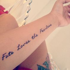 Fate loves the fearless tattoo quote on arm girls quote tattoos. Arm Quote Tattoos, Tattoo Quotes For Men, Tattoo Quotes About Life, Small Quote Tattoos, Life Quotes Love, Word Tattoos, Tattoo Fonts, Tattoo Arm, Tatoos