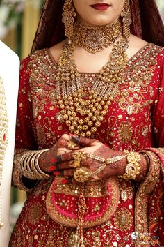 Pakistani Wedding Dresses for Beautiful Brides Pakistani Bridal Jewelry, Indian Bridal Jewelry Sets, Pakistani Wedding Dresses, Bridal Accessories, Bridal Mehndi, Bridal Dress Design, Bridal Style, Bling Bling, Bollywood