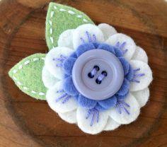 Flor de fieltro MINI KARISSA LAVENDER Morado, blanco, y verde fieltro de lana