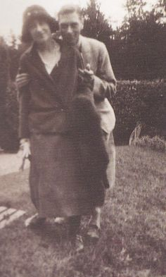 Prince Albert, Duke Of York (Later H. King George VI) and H. Elizabeth, Duchess of York (Later H. Queen Elizabeth/H. Queen Elizabeth, the Queen Mother.) in a rare private snap. George Vi, English Royal Family, British Royal Families, Royal Queen, Queen Mary, Royal Royal, Princess Elizabeth, Queen Elizabeth Ii, Princess Diana