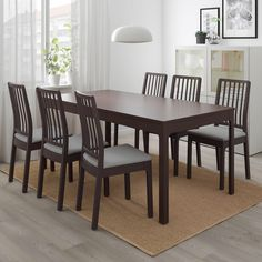 length: 70 A durable dining table that makes it easy to have big dinners. A single person can extend the table and there's plenty of room for chairs since the legs are always located at the corners of the table. Ikea Dining Table, Extendable Dining Table, Table And Chairs, Chaise Ikea, Table Extensible, Under The Table, Smart Design, That Way, Dark Brown